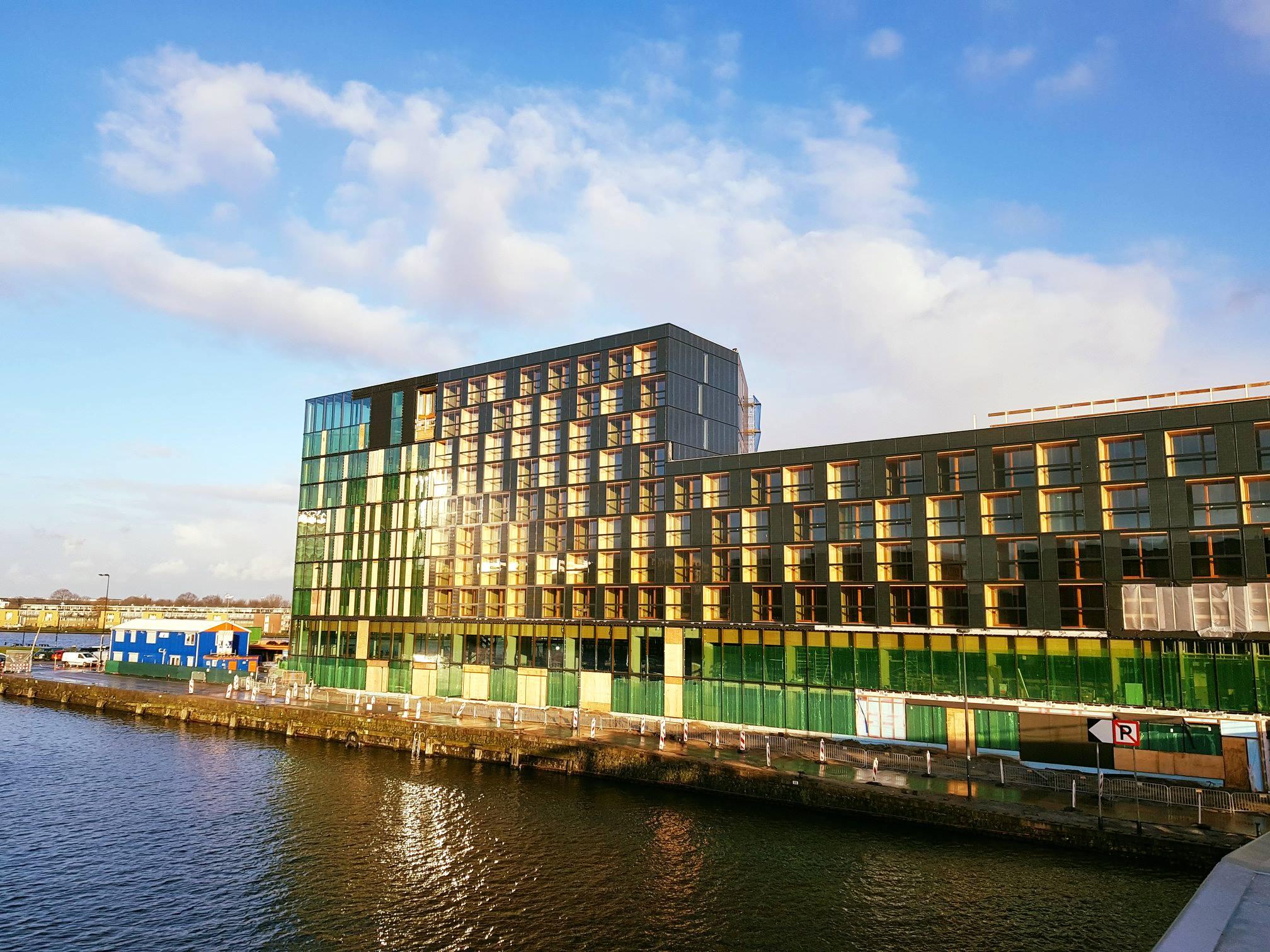 Nieuw hotel jakarta amsterdam met tropische binnentuin en skybar